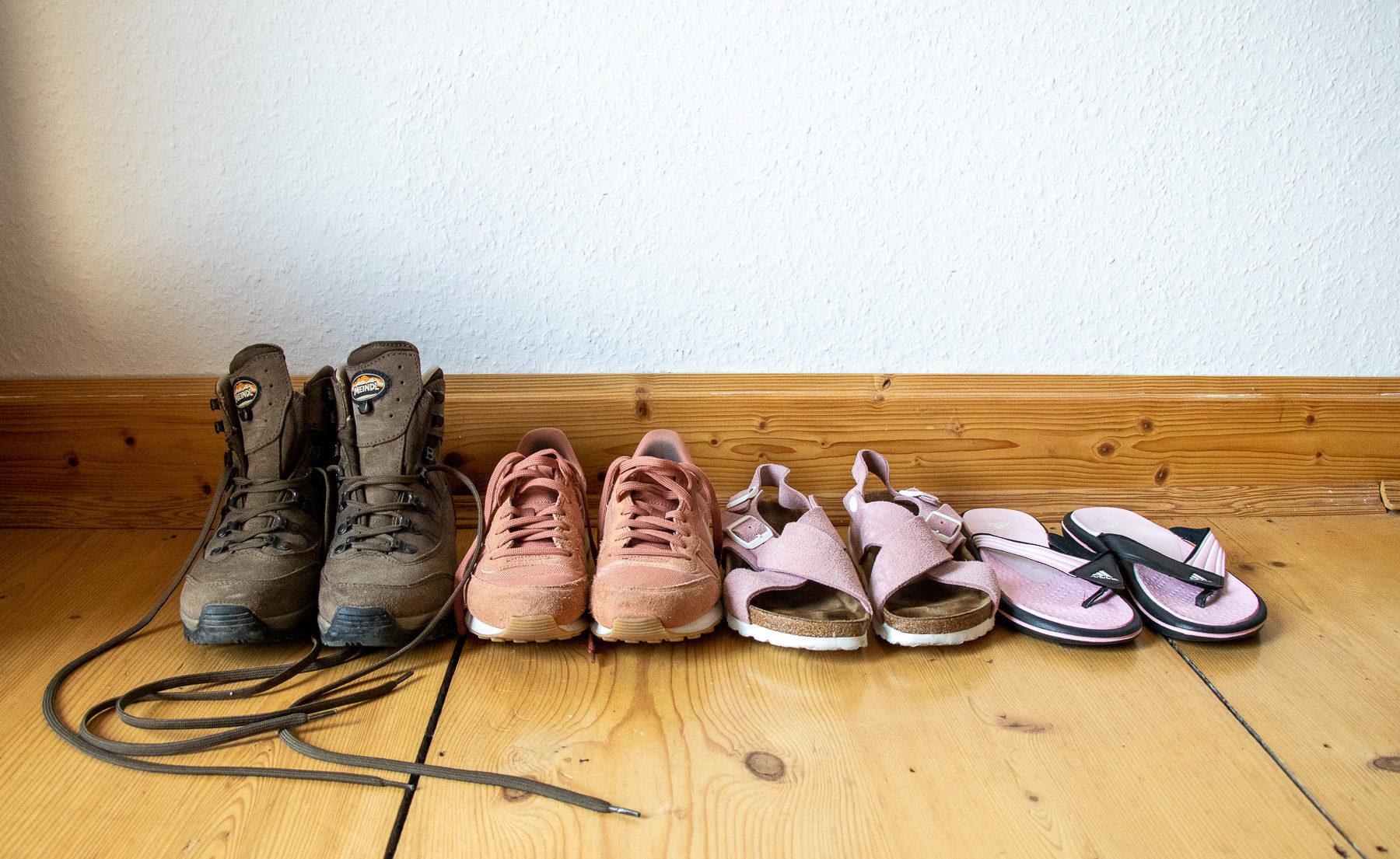 Wanderschuhe, Sneakers, Sandalen und Flipflops dürfen mit auf die Reise.