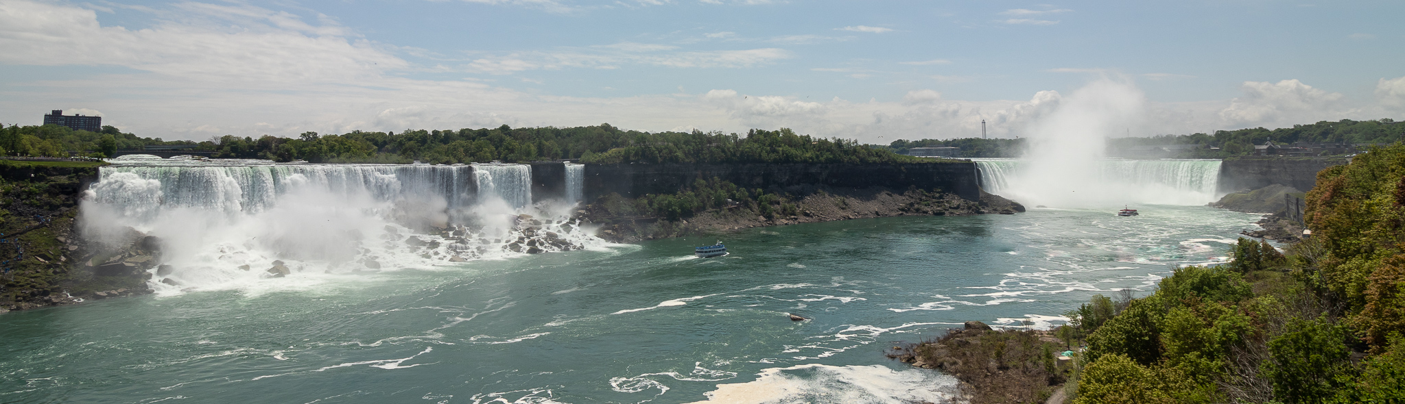 Imposing: the American Falls (left) and the Horseshoe Falls (right).