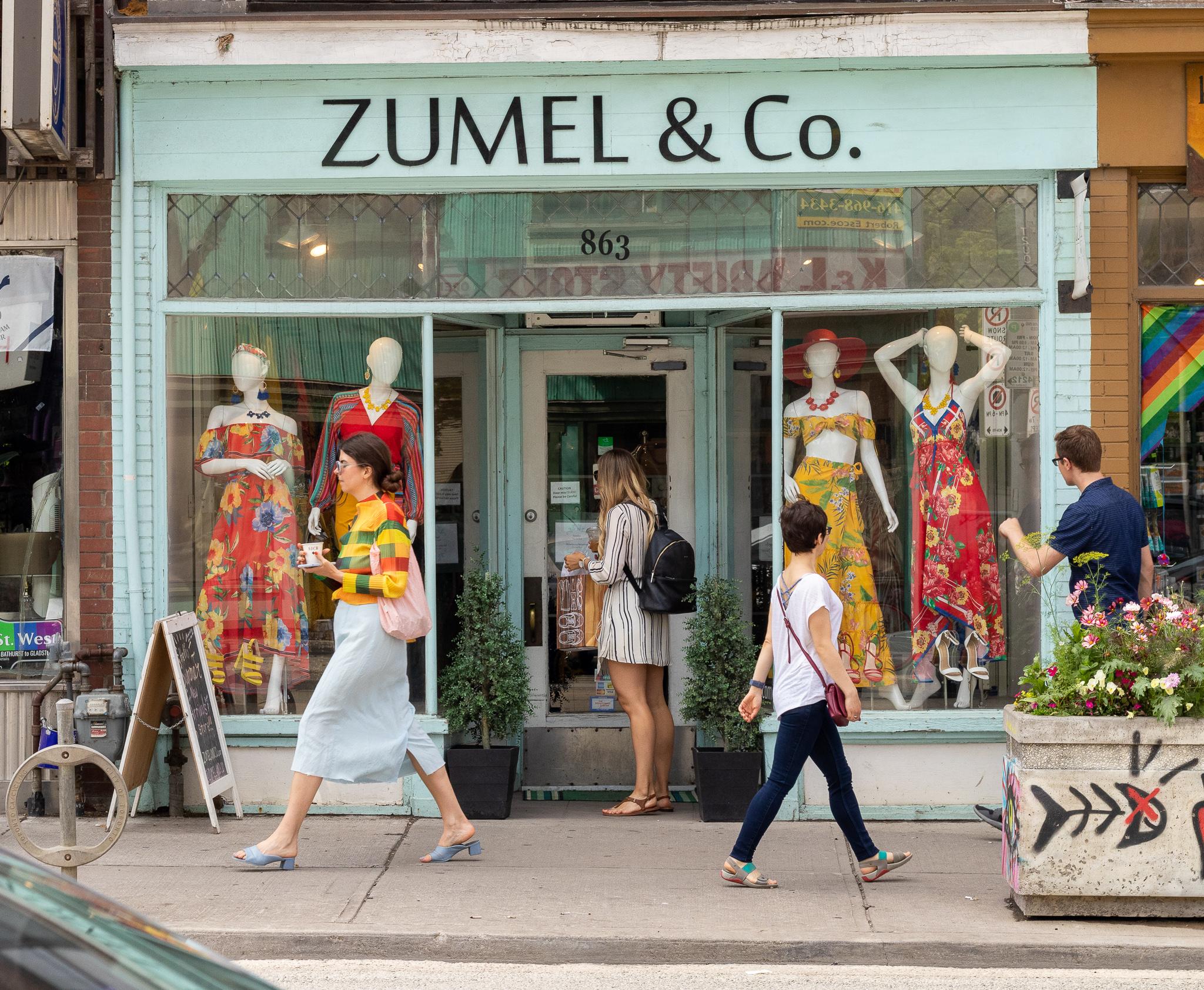 Viele kleine Geschäfte reihen sich in der Queen Street aneinander.