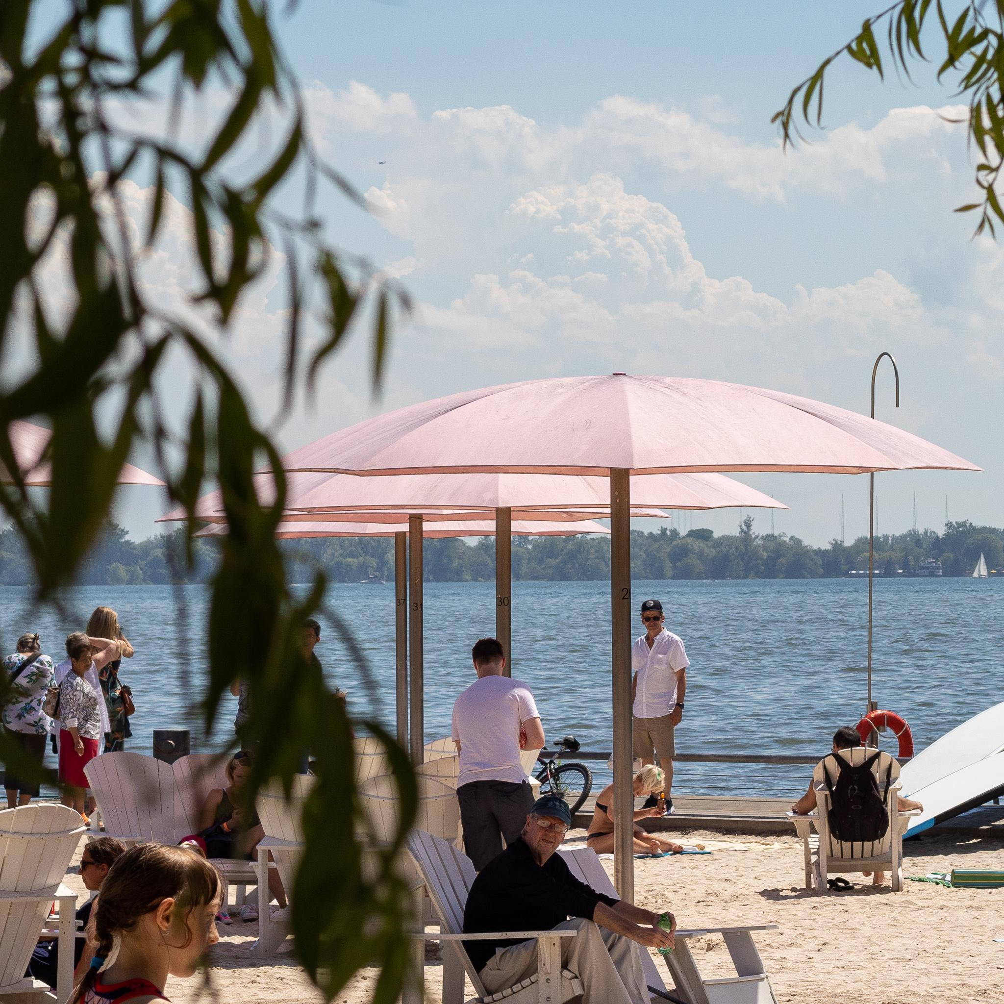Rosa Sonnenschirme im Sugar Beach Park.