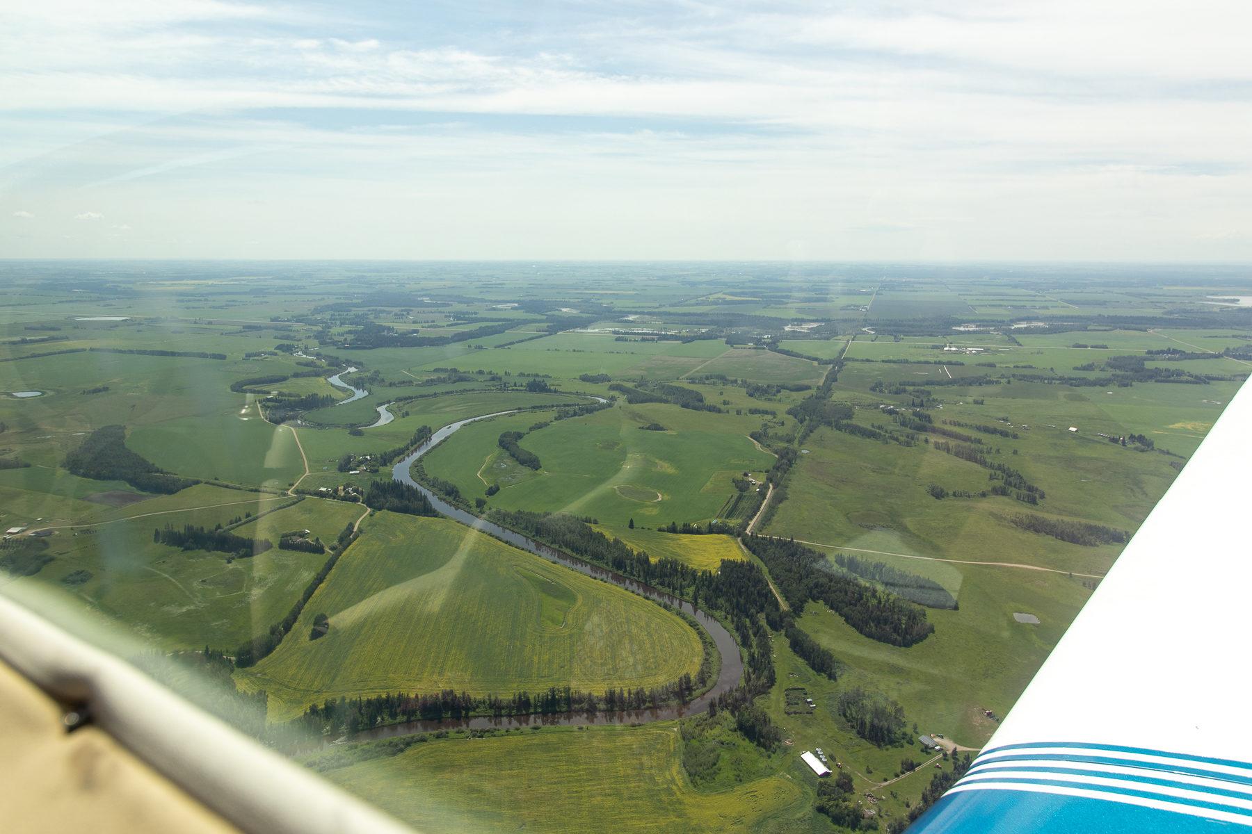 Flug über den Red Deer River.