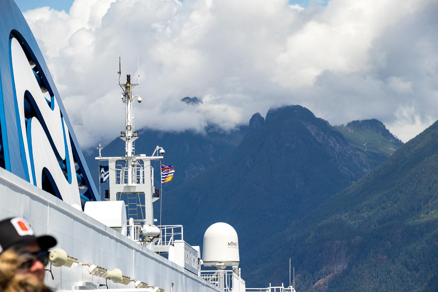 Ich bin mit der Fähre von Vancouver nach Nanaimo in Vancouver Island übergesetzt. Gut 1,5 Stunden dauert die Fahrt mit wunderschöner Aussicht.