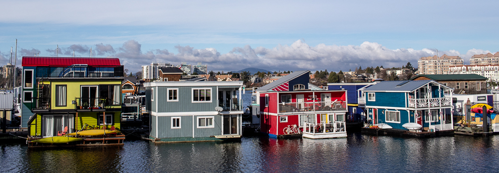 The colorful houseboats in Fisherman's Wharf look very cozy.