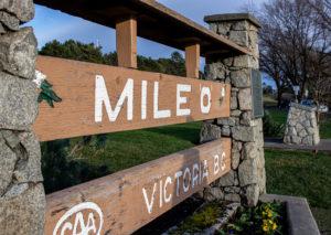 Ein Schild markiert Mile 0, den Beginn des Trans Canada Highways.