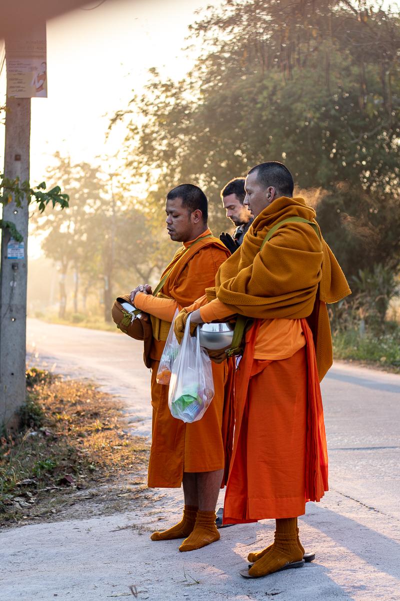 Mit den Mönchen auf Almosen-Rundgang.
