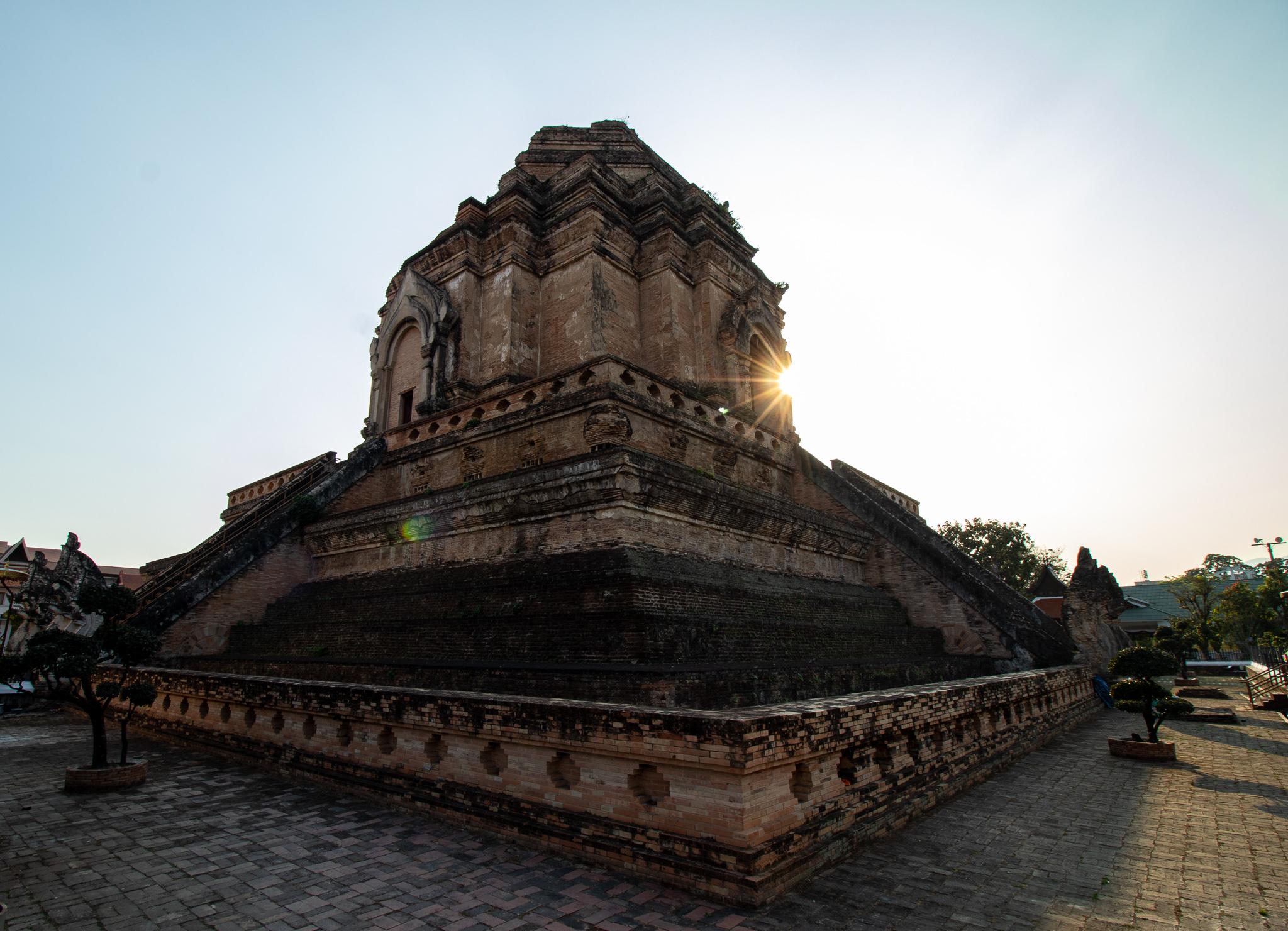 Mitte des 15. Jahrhunderts wurde der Bau von Wat Chedi Luang beendet. Bei einem Erdbeben 1545 stürzten die oberen 30 von 82 Metern ein.