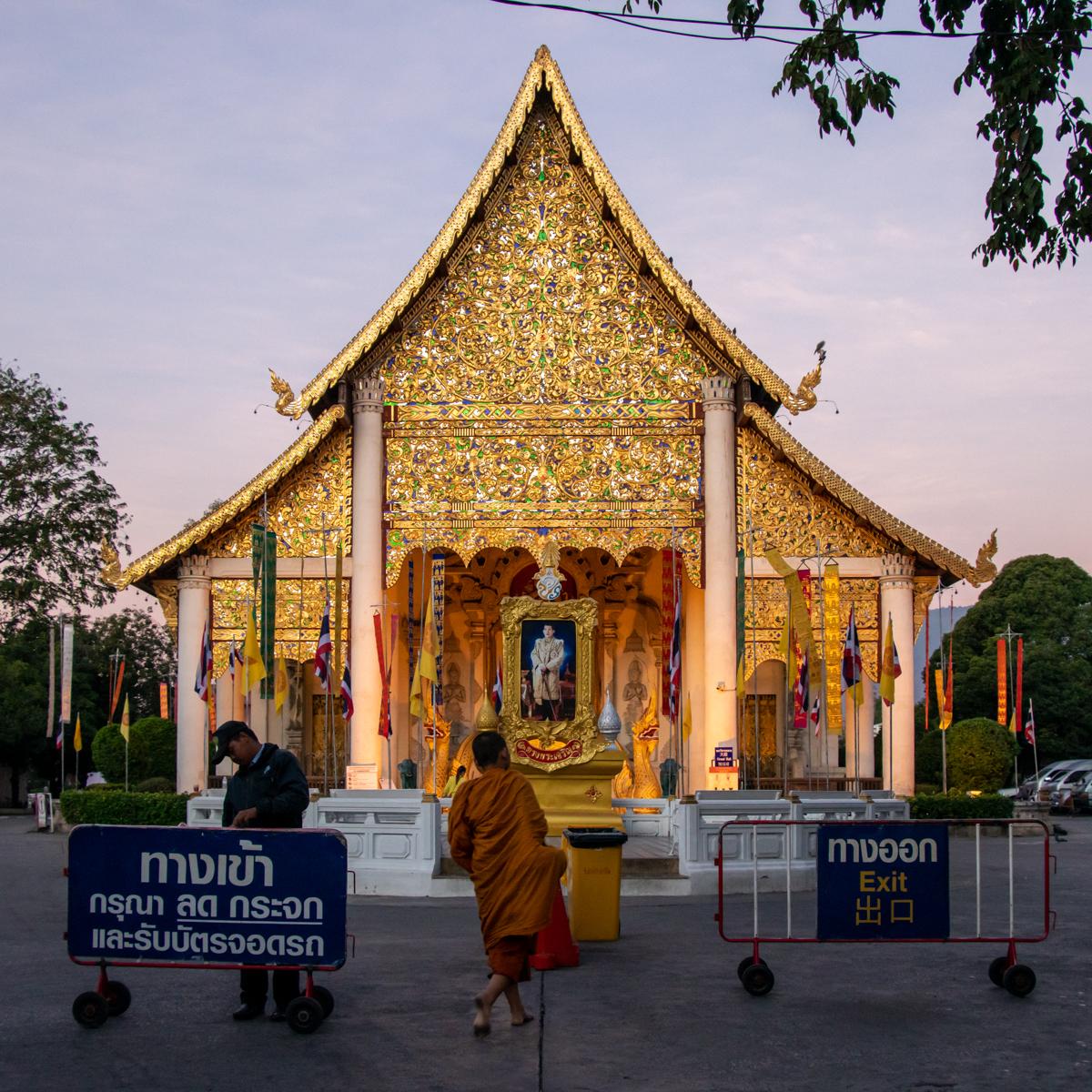 Ein Novize kehrt nach der morgendlichen Almosenrunde nach Wat Chedi Luang zurück.