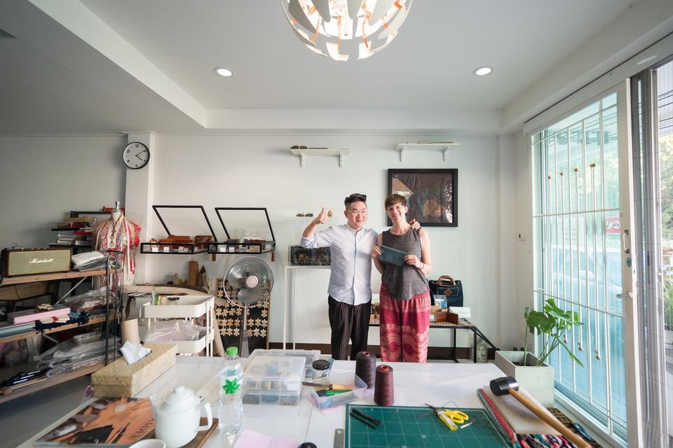 Suranat und ich mit dem fertigen Mäppchen. Foto: Suranat Leather Studio