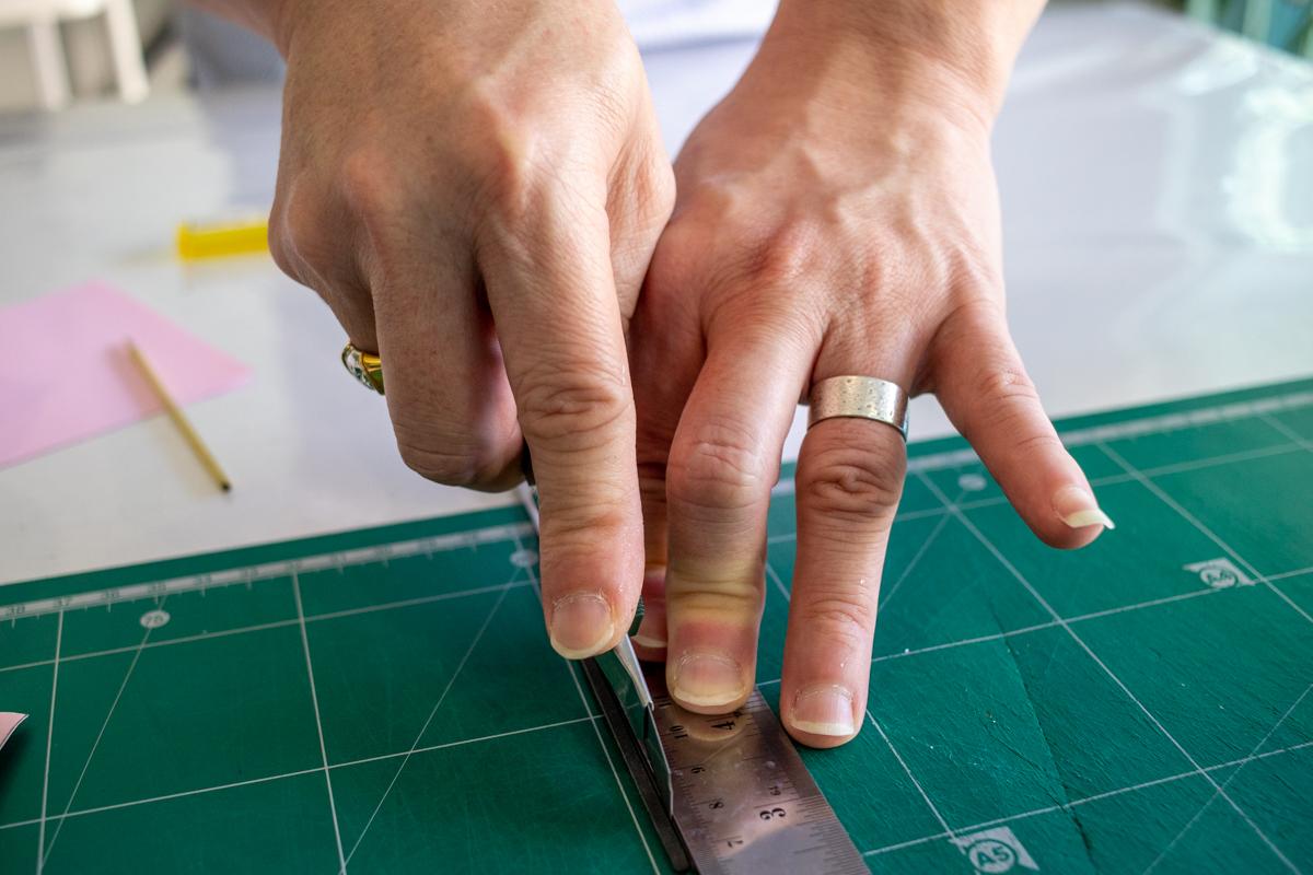 Suranat zeigt mir, wie ich das Leder schneiden kann, ohne dass unschöne Ecken entstehen.