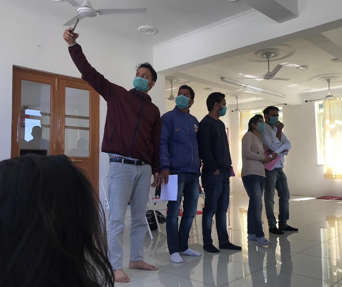 Vertreter der indischen Gesundheitsbehörde klären uns über das Corona-Virus und Präventionsmaßnahmen auf.