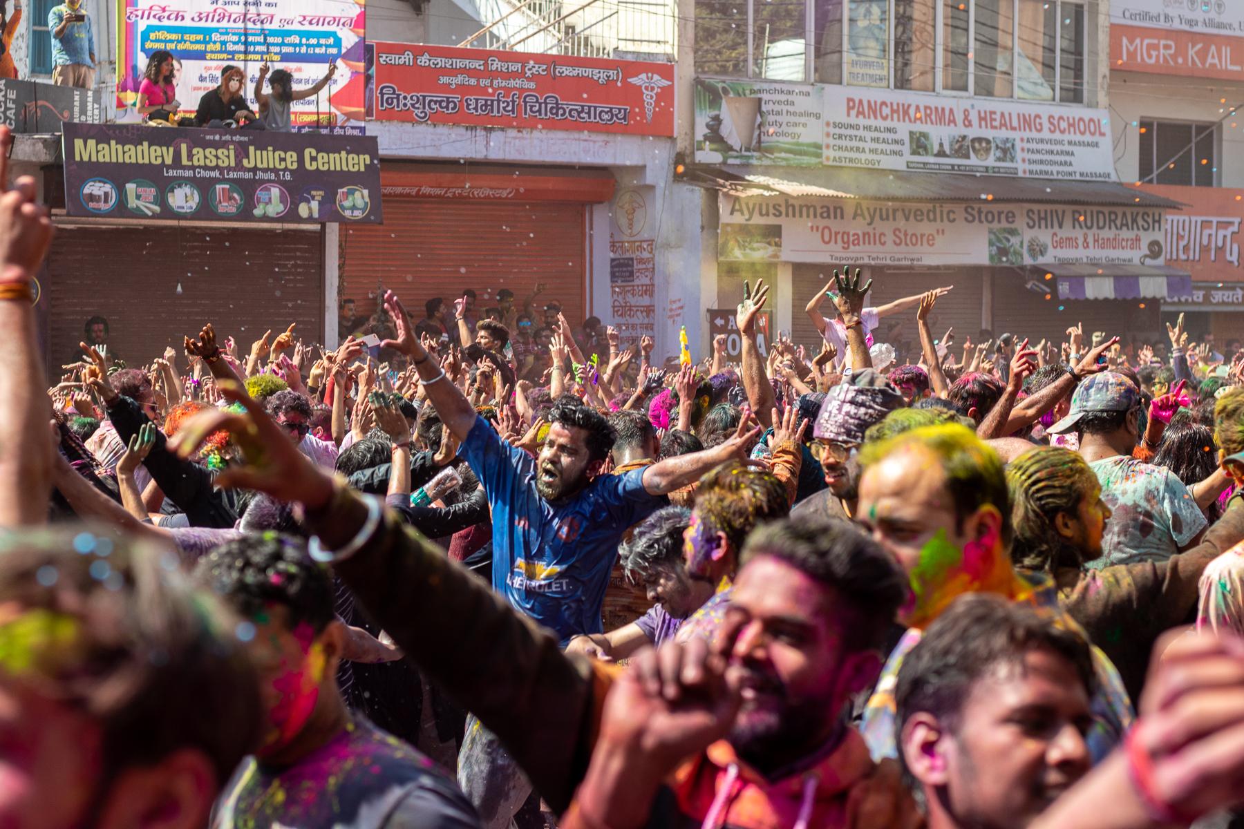 Fröhliche Menschenmassen beim Holi-Festival in Rishikesh.