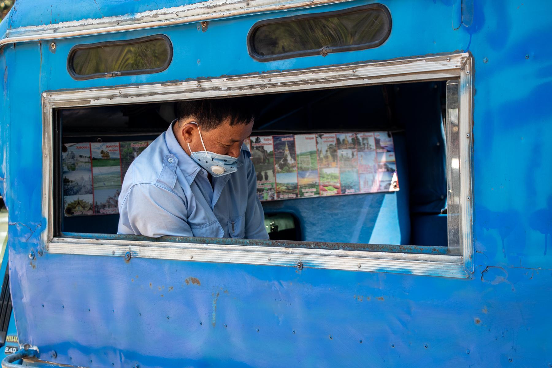 Schon seit Wochen versuchen sich Songthaew-Fahrer in Thailand mittels Masken vor dem Virus zu schützen.
