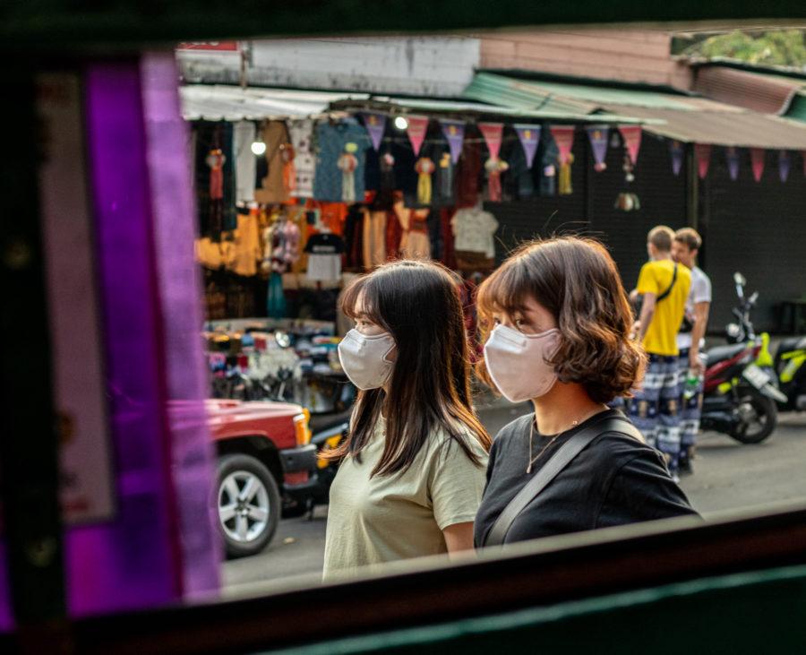 Zwei junge Thais tragen Masken. In Thailand kein ungewöhnliches Bild. Seit Ausbruch des Corona-Virus sind noch mehr Menschen mit Schutzmasken zu sehen, als sonst.
