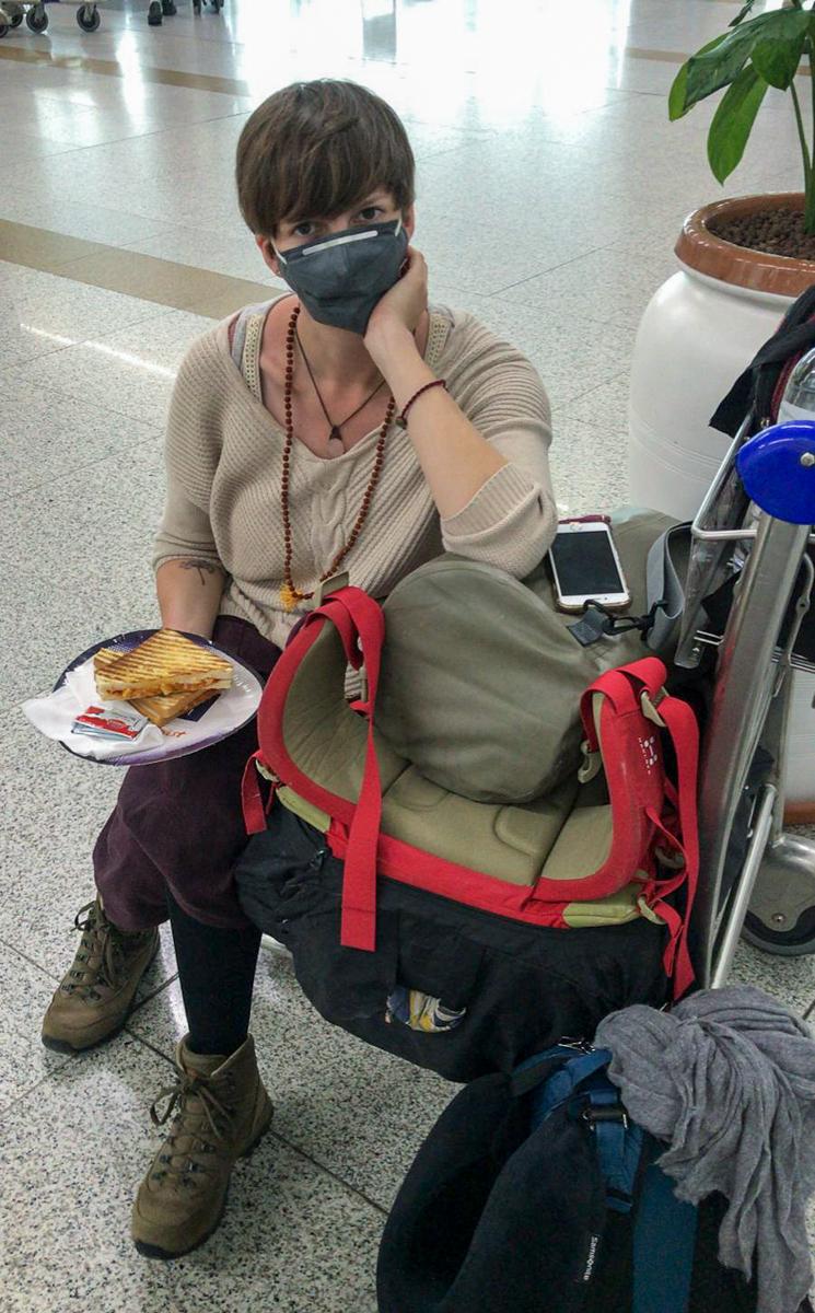 Das Ende einer Weltreise mit einem letzten indischen Snack am Flughafen.