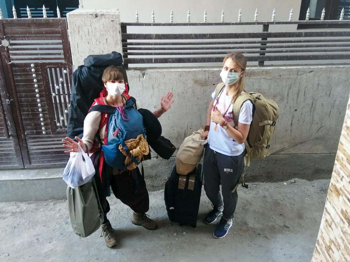 """Bepackt und fertig zur Abfahrt: Oxana und ich sagen """"Tschüss""""."""