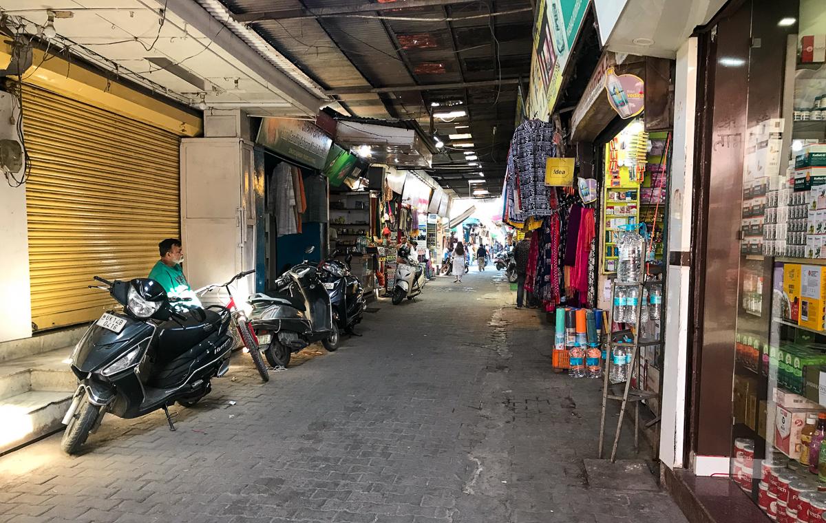 Leere Straßen und erste geschlossene Geschäfte in Rishikesh.