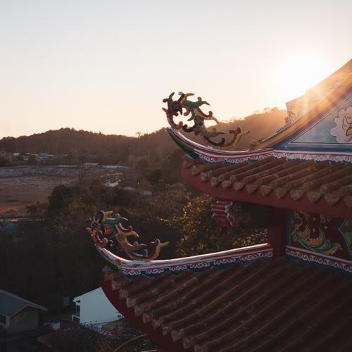 Sonnenuntergang über dem chinesischen Tempel auf Ko Sichang.