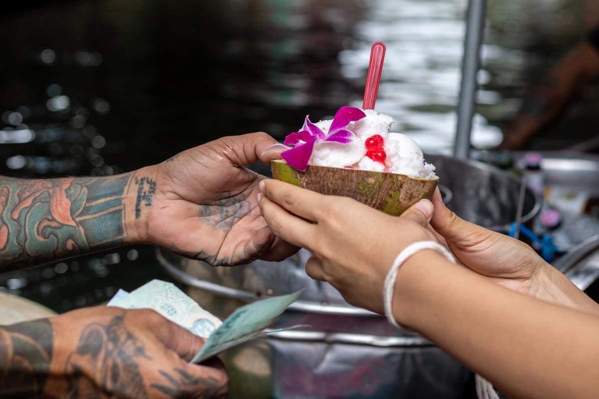 Der Damnoen Saduak hat ein wenig vom Schlaraffenland. Das Essen fliegt zwar nicht durch die Luft, schwimmt aber auf Booten - so wie dieses köstliche Kokosnuss-Eis.