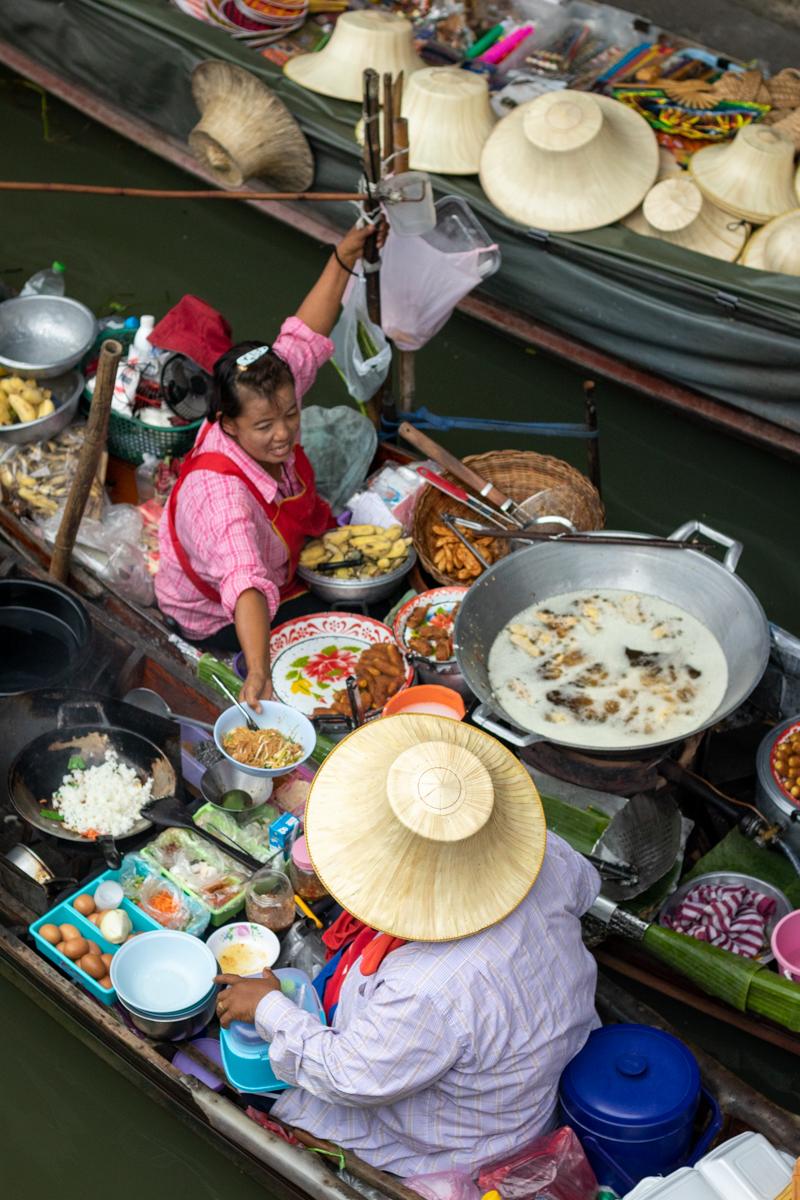 Schwimmende Küchen: Hier bereiten Köchinnen und Köche ihre Speisen zu.