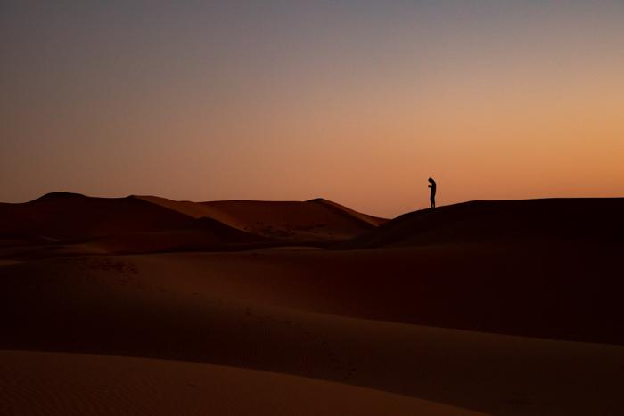 Das Smartphone darf auch in der Wüste nicht fehlen.