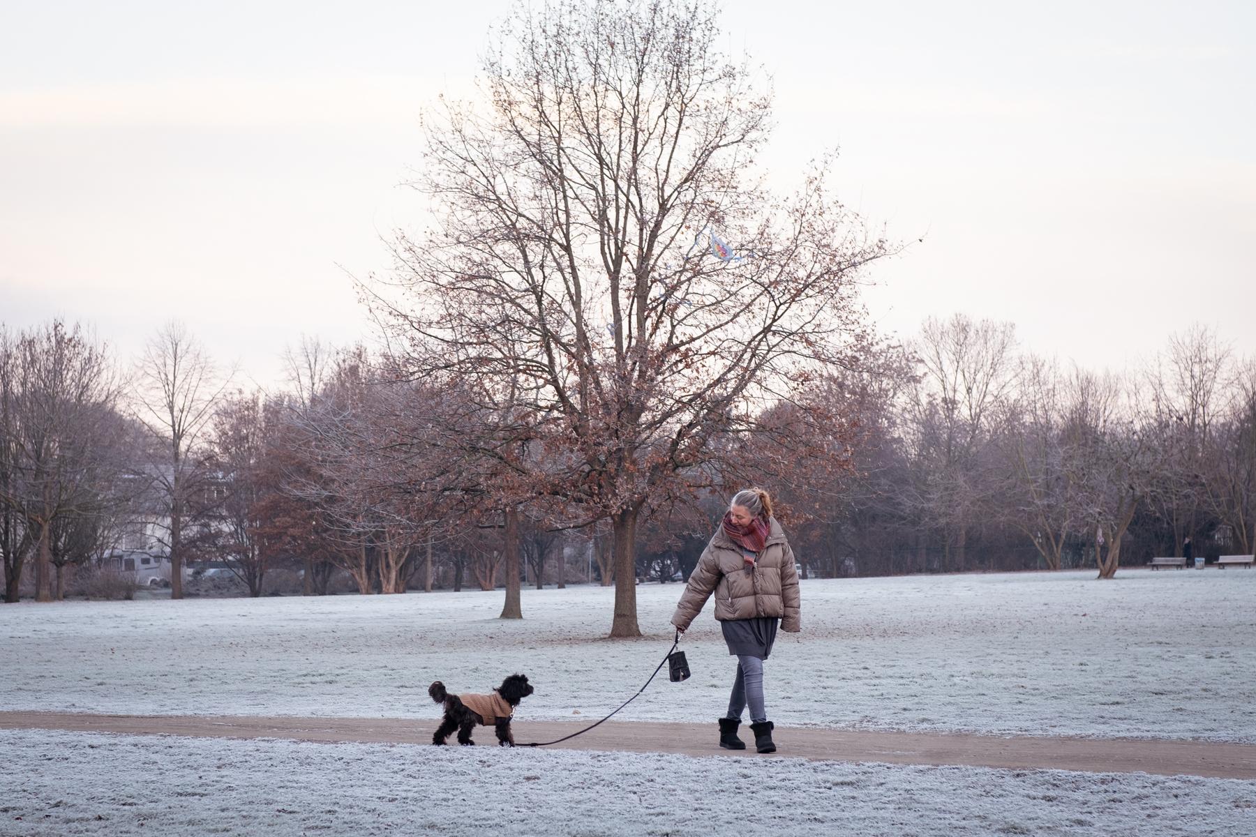 Spazieren gehen - ob vor oder nach der Arbeit oder während der Mittagspause sorgt für einen klaren Kopf und Bewegung.