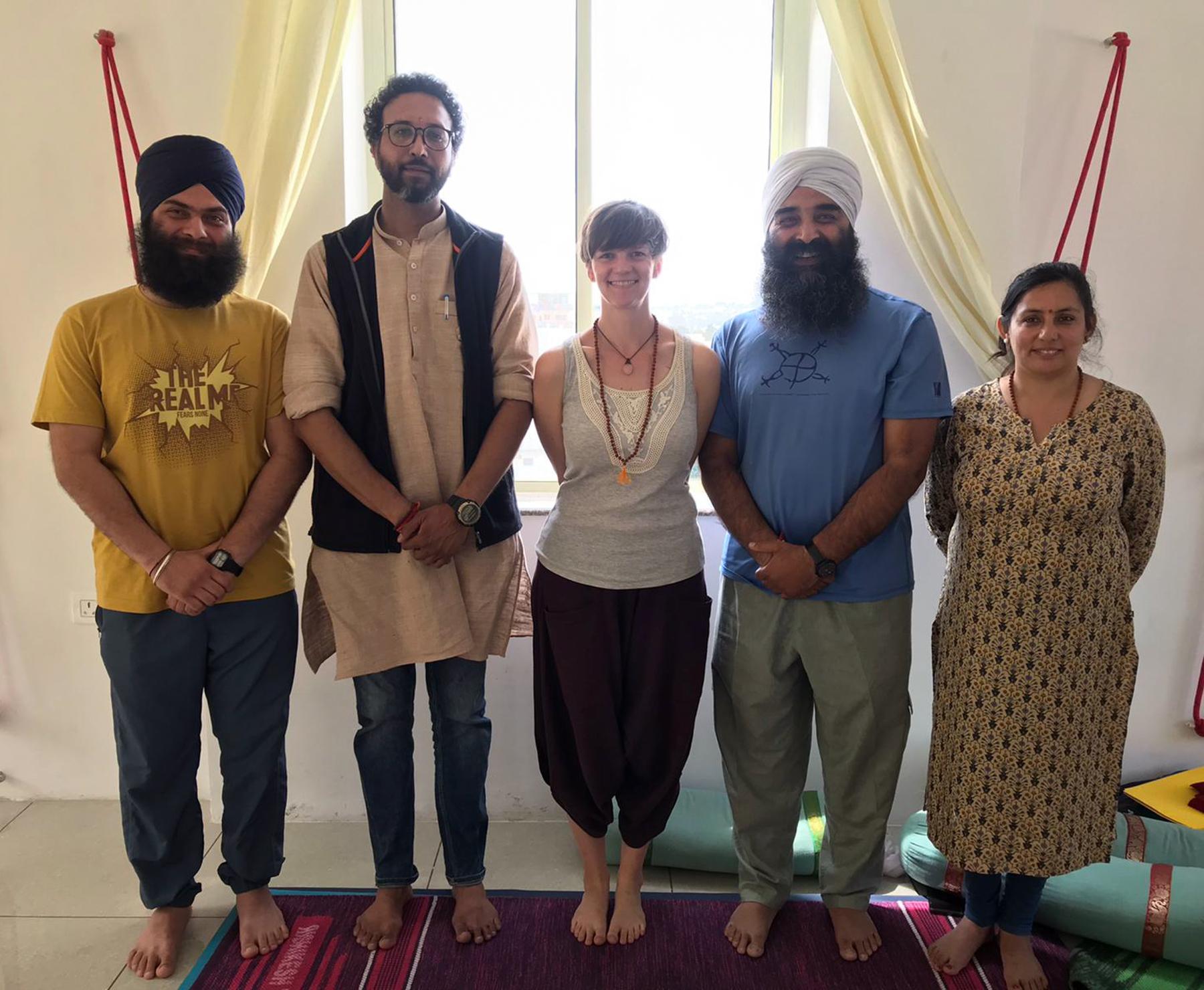 Vikram, Vimal, glückliche, neue Yogalehrerin, Surinder und Deepa.
